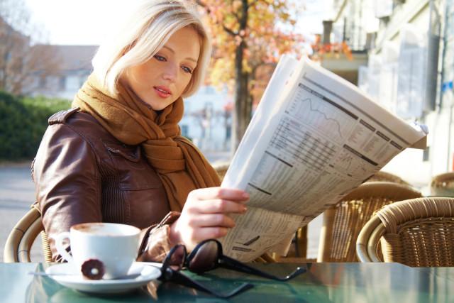 Zeitung-lesen-legenda-Shutterstock.com