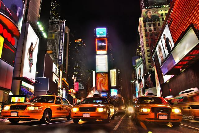 Plakate und Reklamen prägen das moderne Stadtbild. (Bild: New York Times Square - © Alexey Malashkevich - shutterstock.com)