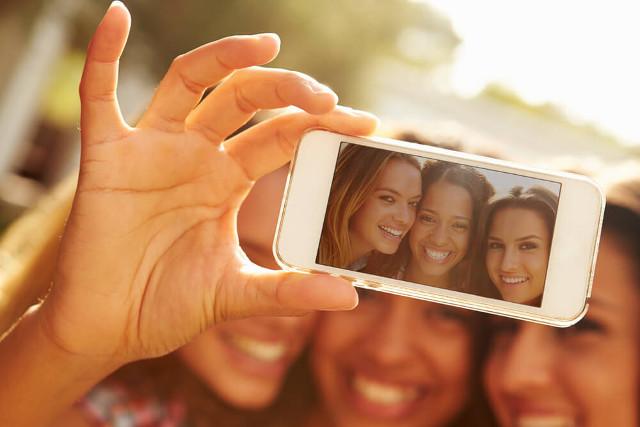 Selfies sind im Smartphone-Zeitalter der Renner. (Bild: Monkey Business Images - shutterstock.com)