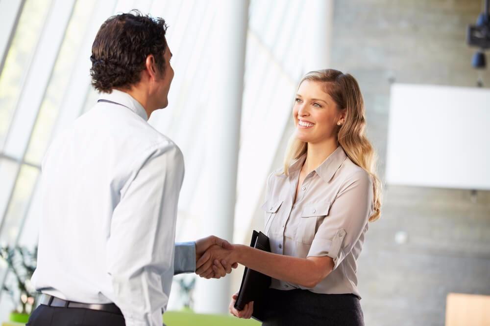 Sympathie ist im Verkauf und in der Kundenakquise ein besonders wirkungsvoller Faktor (Bild: © Monkey Business Images - shutterstock.com)
