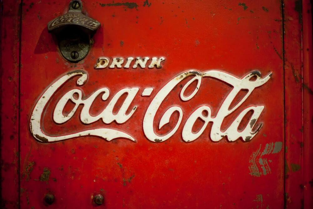 Es ist kein Zufall, dass etwa Coca Cola ein markantes Rot im Logo trägt. (Bild: © phloxii - shutterstock.com)