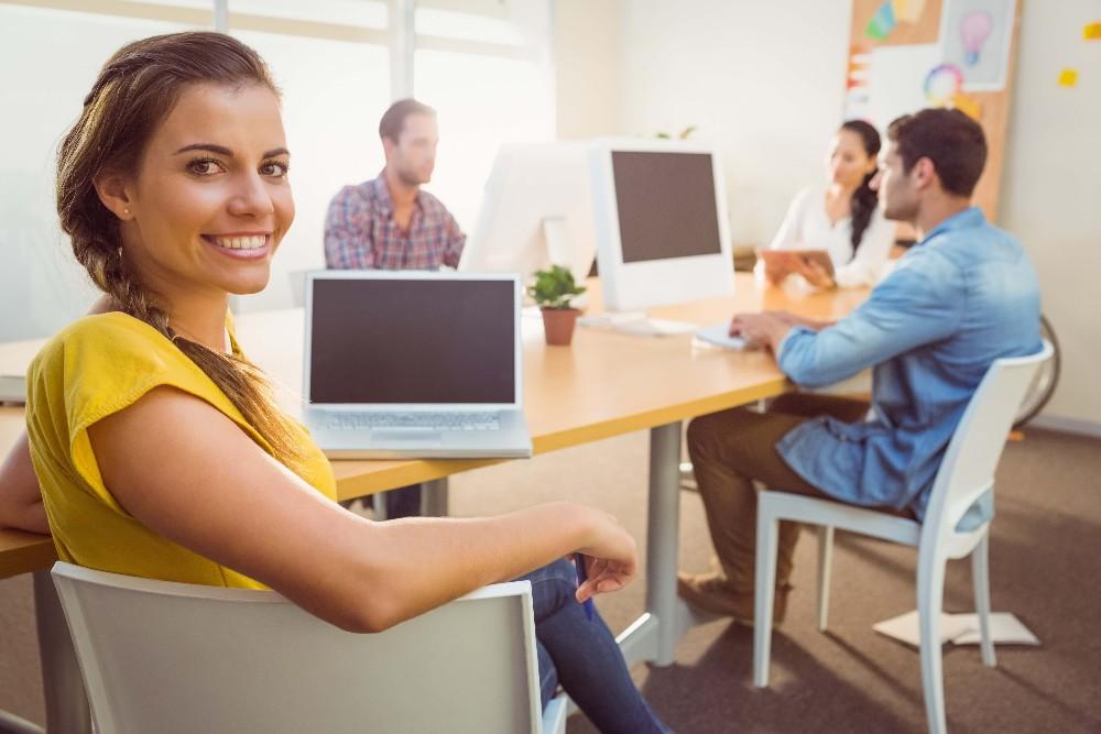 Ein Designer braucht ein Briefing, also eine Vorgabe, welche Botschaft das Logo transportieren soll. (Bild: © WavebreakMediaMicro - shutterstock.com)