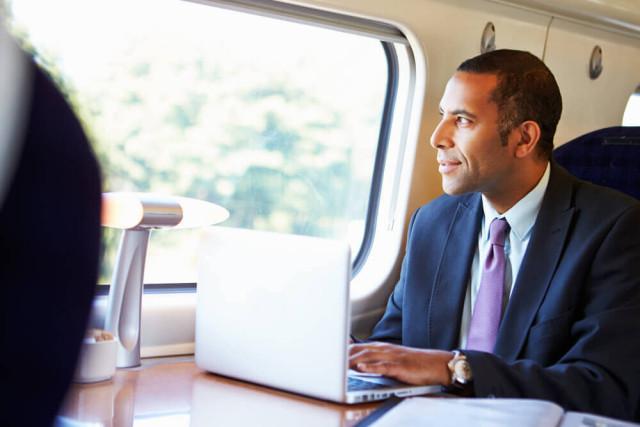 Business-Mann-Zug-Pendeln-Monkey-Business Images-shutterstock