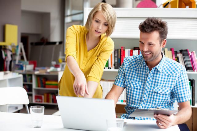 Büro-Kollegen-baranq-Shutterstock.com-doppelt