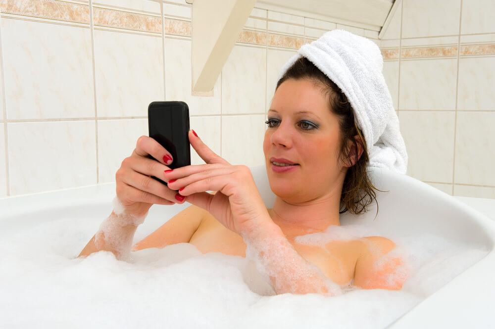 Wer in der Badewanne liegt und wissen will, woraus Badeschaum besteht – für einen Seifen-Shop der Moment!