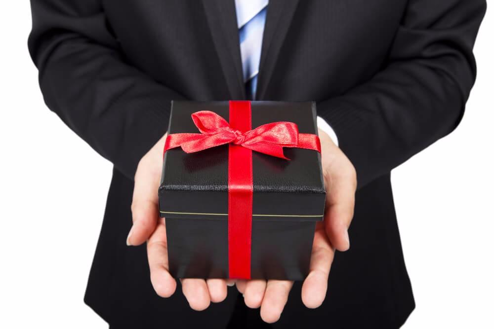 Es kann sich also lohnen, Geschenke zu verteilen und so aus Besuchern letztendlich Kunden zu gewinnen. (Bild: © Tom Wang - shutterstock.com)