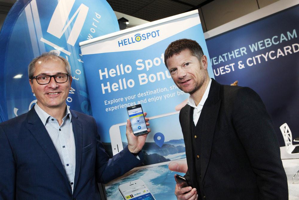 """Projektverantwortlicher Walter Dietl (links) und feratel-CEO Dr. Markus Schröcksnadel (rechts) präsentieren das neue feratel-Produkt """"HelloSpot"""" auf der ITB 2016 in Berlin. (Bild: © APA-OTS Tourismuspresse / feratel)"""